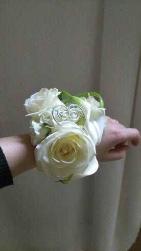 Moje práce - květinový náramek místo svatební kytice.