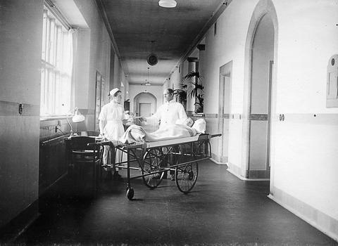 Patienten ankommer til afdelingen på en båre, Bispebjerg Hospital 1924.