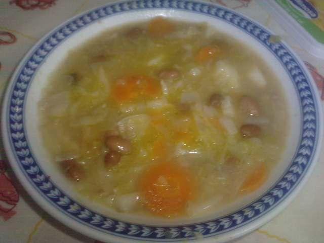 Sopa de feijão com couve-coração