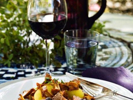 Festfin rätt med blåbärssås och smörstekta kantareller till hjortfilén. Hjort kan ersättas med liknande mörkt kött, som rådjur eller nöt.