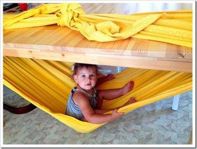 Hamaca casera con mesa y mantel o sábana