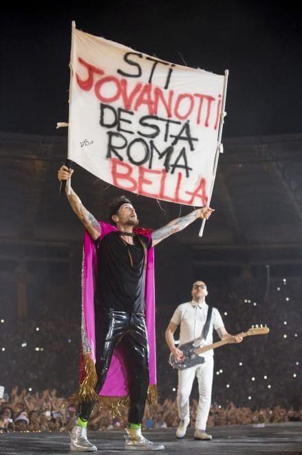 Jovanotti, serenata rap all'Olimpico: foto mai viste sul palco di Roma - Spettacoli - Repubblica.it