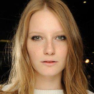 """Noch ein Trend """"zum Anbeißen"""": Erdbeerblond passt vor allem zu Frauen mit hellem Hautton. Damit Sie lange Freude an dieser Haarfarbe haben, bei der zu blonden Nuancen ein rötlicher Anteil..."""
