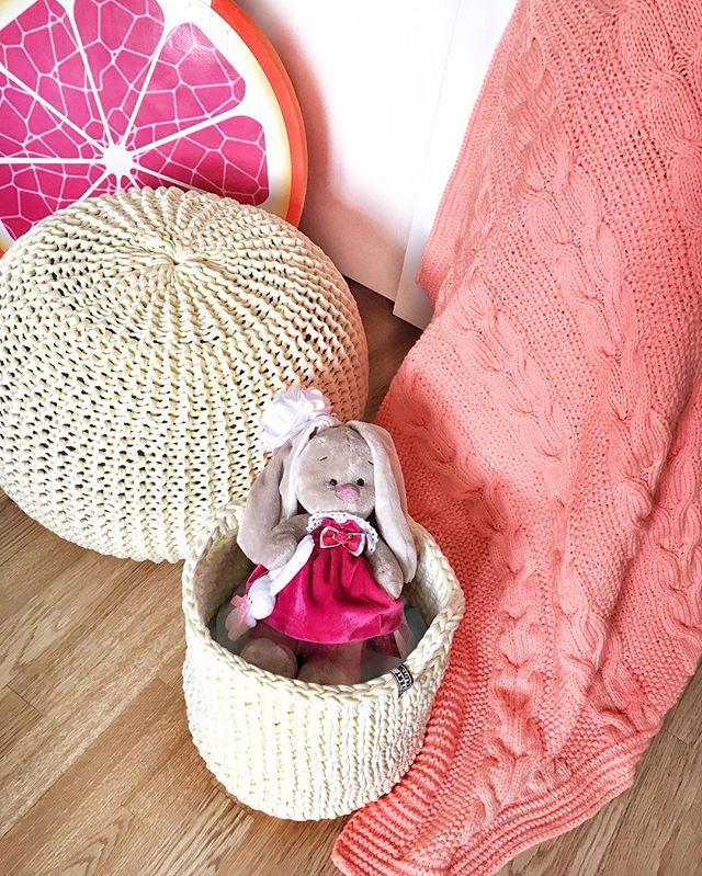 Какой больше любите цвет??? Девичий розовый  жгучий красный ❤️ или коралловый персик  !?? Я обожаю полутона, разбавленные и приглушённые цвета и несомненно из этой гаммы коралловый  а скоро будет ещё один такой же персиковый плед #evert_pled 90/120cm 3500₽ с пинетками в подарок  бронируйте пока есть возможность! #evert_pouf 5500₽ #evert_box 3500₽ #evert_bolotskikh #плед #пледы #пледручнойработы #декордетской #40недель #38недель #декор #пуф #пуфик #вязаныйпуф #kidsdecor #pouf #instakni...