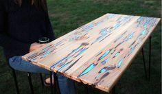 Outils et matériaux : De la poudre bleu fluorescente, que l'on peut acheter sur internet. De la résine époxy transparente (deux composants, à acheter ensemble, car le durcisseur correspond à une référence de résine précise). Un grand rouleau de papier kraft ou une bâche de protection. Du ruban adhésif assez large. 3 grands gobelets. Une cuillère en bois. Un cutter Une ponceuse vibrante et/ou une ponceuse excentrique. Du vernis incolore pour bois. Du papier corindon très fin pour bois et…