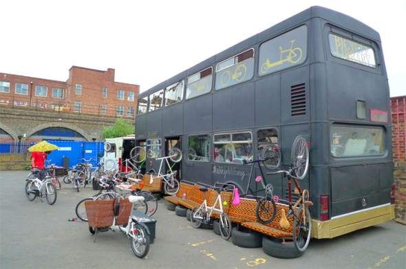 """A Londra la """"Biblioteca delle biciclette"""" ricavata da un vecchio autobus a due piani"""