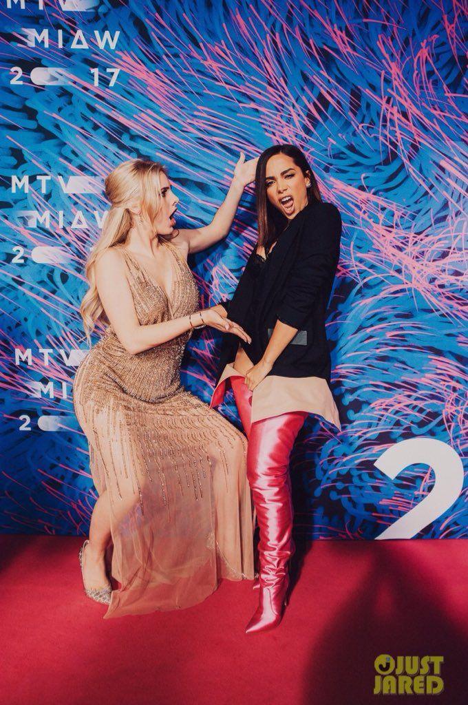 Anitta e Lele en los premios MIAW