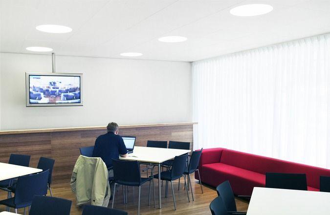 Waar geluid en licht elkaar treffen, daar ontstaat comfort. Onze Ecophon Dot is een volledig geïntegreerd verzonken verlichtingsarmatuur wat een fantastisch lichteffect geeft. De nieuwe moderne LED bron is van hoge kwaliteit met een hoog rendement en lange levensduur van meer dan 50.000 uur!