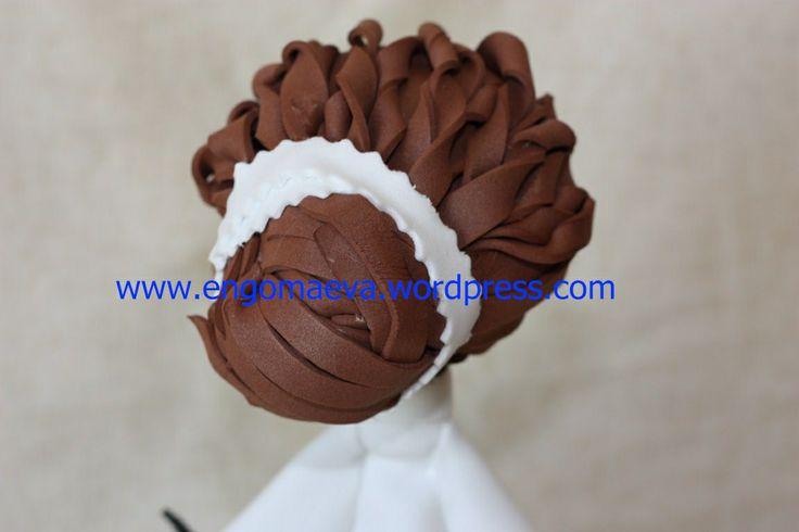 Muñeca Fofucha Estilista, con peinado de recogido en moño, atrás. http://engomaeva.wordpress.com/