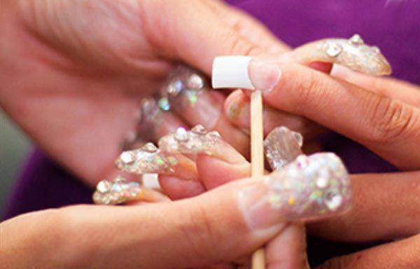 Cómo poner uñas acrílicas por pasos, retirar cutículas con palillo. #uñasdecoradas #3dnailart #uñassencillas