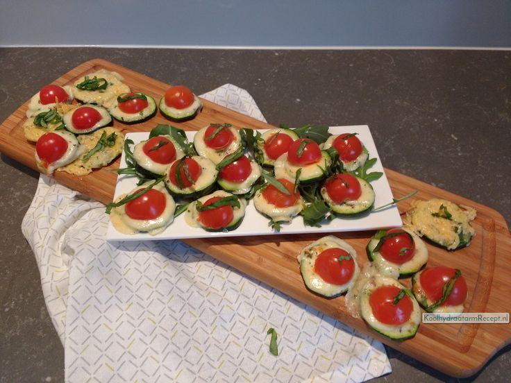 Vandaag een heerlijk tussendoortje, koolhydraatarme eenhaps mini pizza's, van courgette, mozzarella en tomaat. Nadeel: gelijk zin in een Italië vakantie!
