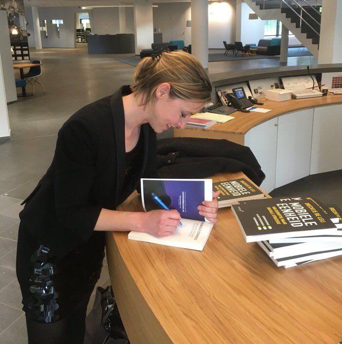 Leuk, auteur Brechtje de Leij heeft weer heel veel exemplaren van haar boek 'Mobiele Eenheid' mogen signeren. Dit keer tijdens het Toekomst Recruitment Congres. #mobieleeenheid #brechtjedeleij #toekomstru17 #futurouitgevers