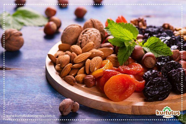 """Amerikan """"New England Journal of Medecine"""" dergisi, 1980 ila 2010 yılları arasında 120 kadın ve erkek üzerinde yapılan araştırmaya göre hergün bir avuç yer fıstığı, badem, ceviz, antep fıstığı ve fındık tüketmenin kalp krizi riskini %29 oranında, kanser riskini de %11 oranında düşürdüğü görülmüştür. #kuruyemiş #sağlıklıyaşam #beslenme #kurumeyve #fitness"""