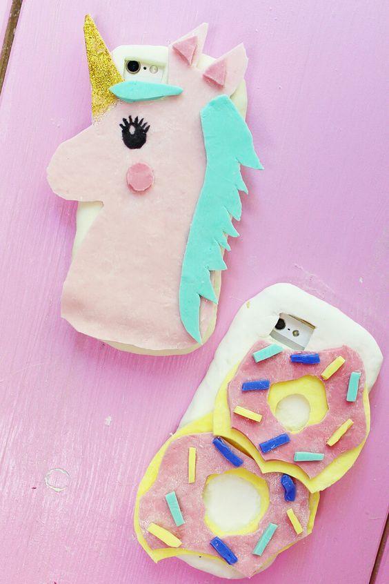 Verrückte DIY Handyhüllen aus Silikon selber machen: Einhorn & Donut! Ich bin kürzlich auf Instagram über diese DIY Idee gestolpert und konnte mir beim besten Willen nicht vorstellen, dass diese DIY auch wirklich funktioniert…. Alles, was ihr nämlich braucht, ist Silikon aus dem Baumarkt und Speisestärke. Hääää? Dachte ich mir anfangs auch, aber das DIY funktioniert tatsächlich und macht richtig Spaß!