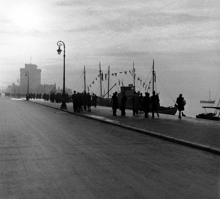 ΘΕΣΣΑΛΟΝΙΚΗ - 1948 - ΧΕΙΜΩΝΙΑΤΙΚΟ ΠΡΩΙΝΟ ΣΤΟ ΛΙΜΑΝΙ - ΦΩΤΟΓΡΑΦΙΑ DMIRI KESSEL