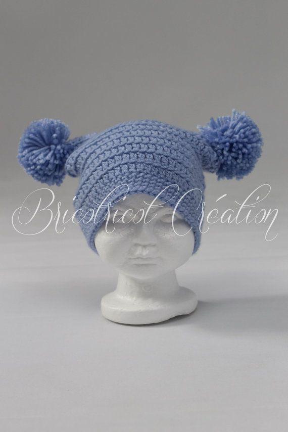 Tuque bleue carrée avec pompons pour enfant fait au crochet. Prête à partir!