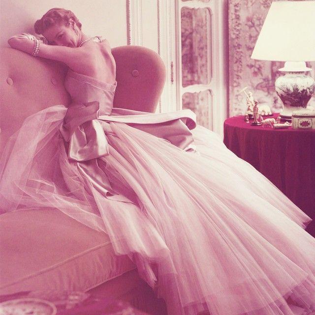"""Norman Parkinson photo Слова из песни Эдит Пиаф """"La vie en rose""""    Quand il me prend dans ses bras, (Когда он меня обнимает, ) Il me parle tout bas Je vois la vie en rose, (Он мне тихо говорит,  Я вижу жизнь в розовом свете, ) Il me dit des mots d'amour Des mots de tous les jours, (Он мне говорит слова любви,  Повседневные слова,) Et ça me fait quelque chose (И это для меня что-то значит,)"""