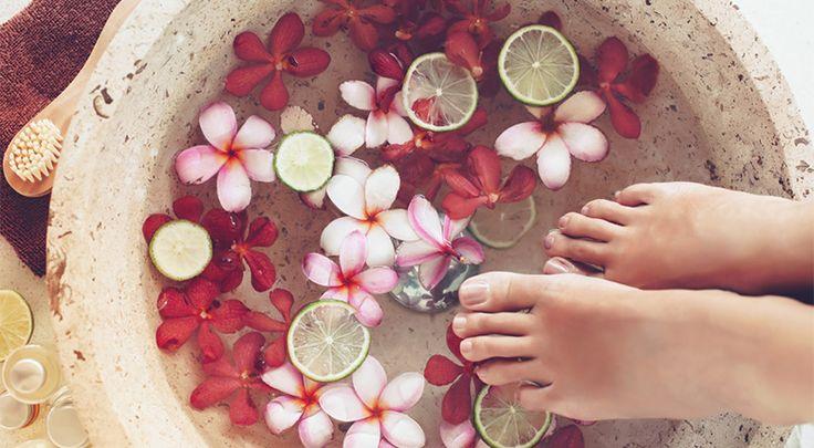 Fussbad mit Blumen und Füßen