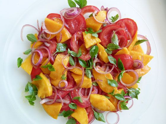 Salada de manga, tomate e cebola roxa.