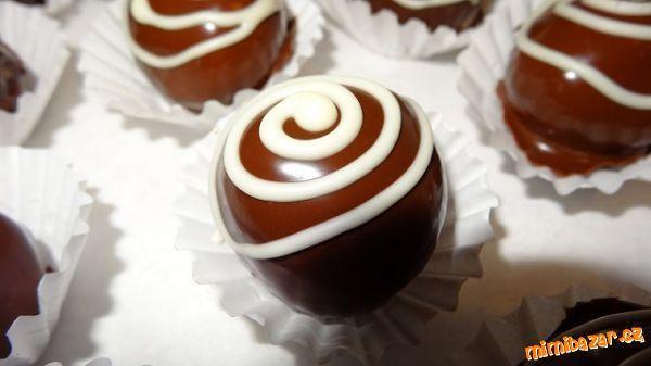 Mila kuličky-4ks MILA rezy, 80g marcipánu/ napr. Dr. Oetker, alebo nejakú marcipánovú tyčinku - kvalitnú, ale tú ak je tvrdšia, tak nastrúhať/, 100g masla, 8 PL mletých orechov, 4 PL sušeného mlieka, 60g práškového cukru, čokoládová poleva