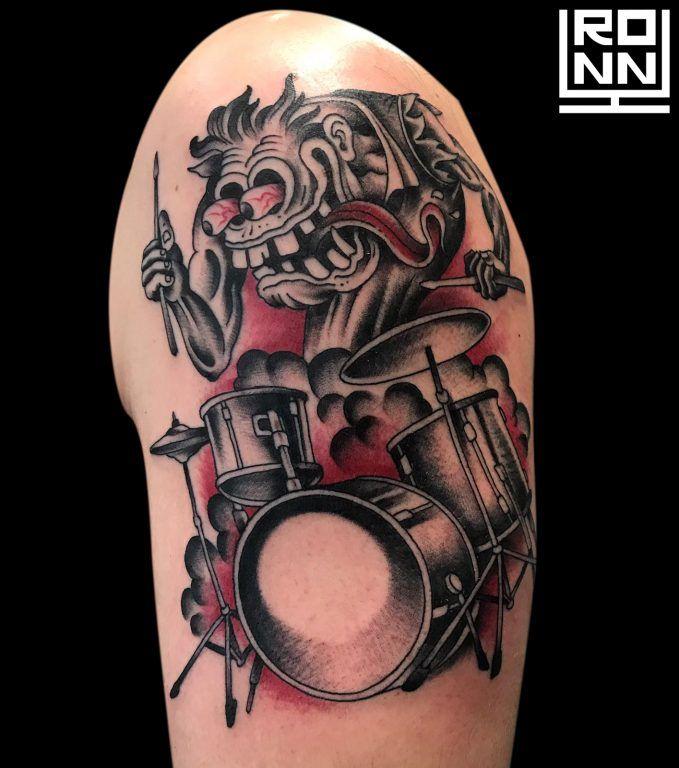 Tatuaje bateria en rojo y negro en el brazo #Tatuaje #TatuajeBrazo #TatuajeColor #TatuajeMonstruo #RonnyLee #Tattoo #MonsterTattoo #ColorTattoo