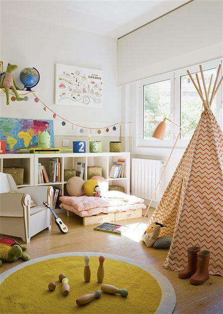 Zona de juegos en tonos mostaza y rosa con tipi - Habitacion para tres ninos ...