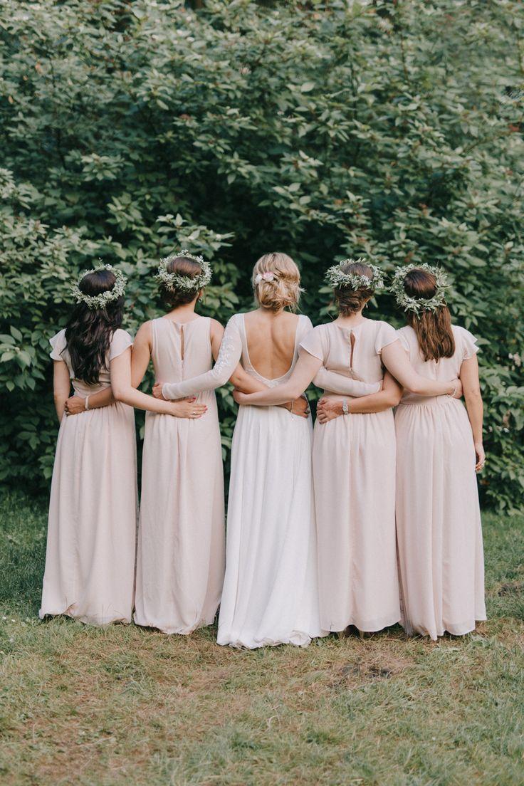 Romantyczny i elegancki ślub Klary i Tomasza to zdecydowanie jeden z naszych ulubionych. Zobaczcie, jak wyczarować piękną i lekką uroczystość. || druhny, bridesmaids, sukienki dla druhen, bridesmaids' dresses, pink, róż, panna młoda || Foto: Bajkowe Śluby, Suknia: Viola Piekut, Sukienki druhen: Anna Field, Źródło: wedbook.pl