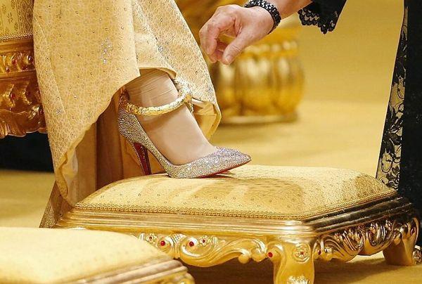 Matrimonio di lusso in Brunei: la sposa sceglie una Louboutin in oro puro
