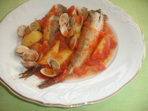 Fabulosa receta para Pescadilla con almejas al horno . La pescadilla no tiene espinas y la compramos muchas veces. Esta vez al horno, con guarnición de la huerta y las almejas. Buena para el paladar y puedes rebañar.