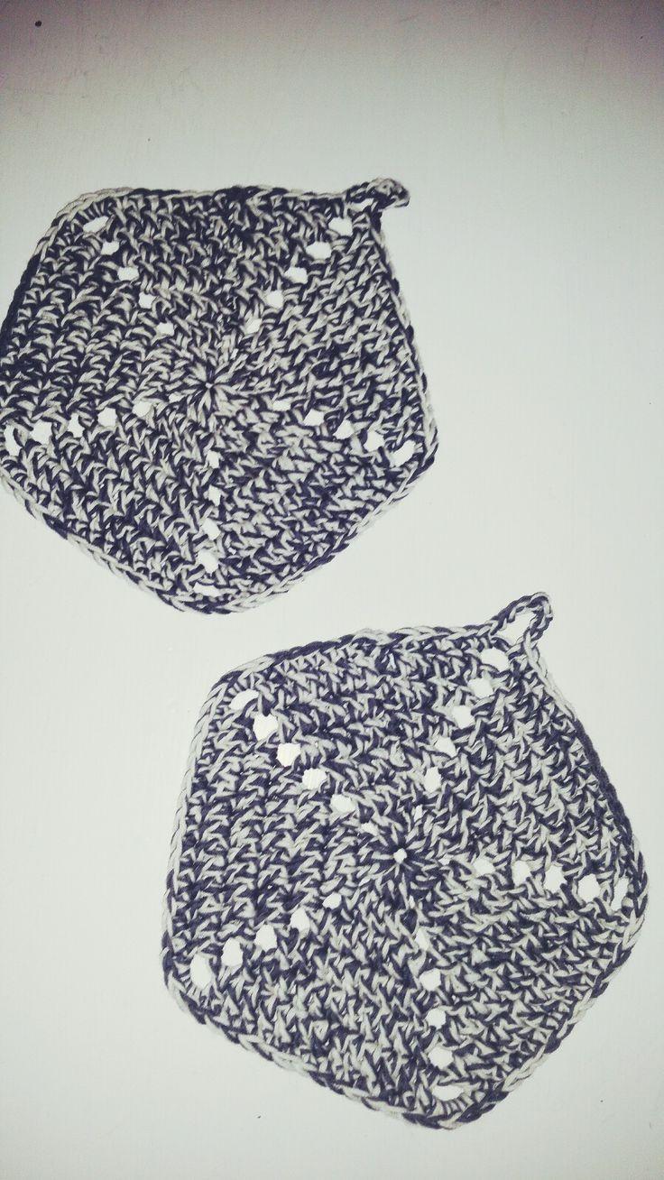 Crochet potholders. Doublethread to make them thick. White and grey. Heklet grytklut.
