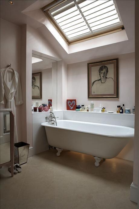 Sittande i det viktorianska badkaret håller Nina Campbell koll på vädret. Porträttet av dottern ...