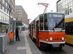 Berlin BVB / BVG: Am 23. April 2016 befand sich in der Dircksenstraße (Berlin-Mitte) der KT4D 219 481-3 (CKD Tatra 1986) auf einer Sonderfahrt. - Links im Bild sieht man vorne einen winzigen Teil des Berolinahauses und hinten einen kleinen Teil des Alexanderhauses. Beide Gebäude wurden um 1930 im Stil der Neuen Sachlichkeit errichtet und stehen heute unter Denkmalschutz.
