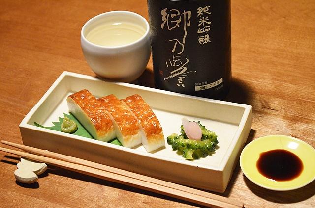 【板わさ】舞鶴が地元のお客さまにいただいた蒲鉾、オススメのとおり板わさで。魚の身の味がしっかりと伝わってくることに感動しながらいい酔いでした。付け合わせは、ゴーヤレモンのお漬物。今日のお酒は、茨城・須藤本家の「郷乃誉」純米吟醸でした。