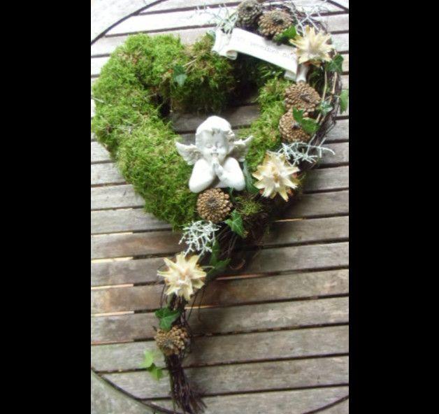 Sehr schöner Grabschmuck aus Moos, floristisches Werkstück. Herz wird frisch gefertigt, Abweichung möglich, da es sich um Naturmaterialien handelt. Die Breite des Herzes beträgt ca. 30 cm. Die...