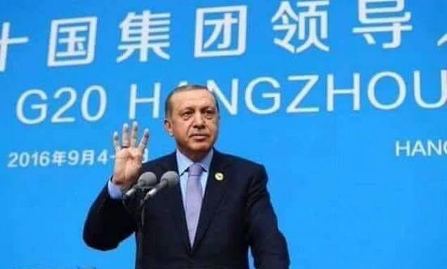 Erdogan Angkat Jari Empat Simbol RABIA Saat Penutupan KTT G20  [portalpiyungan.com]Di penutupan Forum G20 hari Senin (5/9) di Hangzhou China Presiden Erdogan angkat jari empat simbol RABIA di hadapan peserta forum yang di dalamnya termasuk Assisi si pengkudeta. RABIA (yang dalam bahasa Arab artinya Empat) adalah nama suatu tempat di Mesir di mana rakyat Mesir pendukung Presiden Mursi dibantai tentara pengkudeta Assisi saat mereka demo secara damai berbulan-bulan menuntut presiden pilihan…