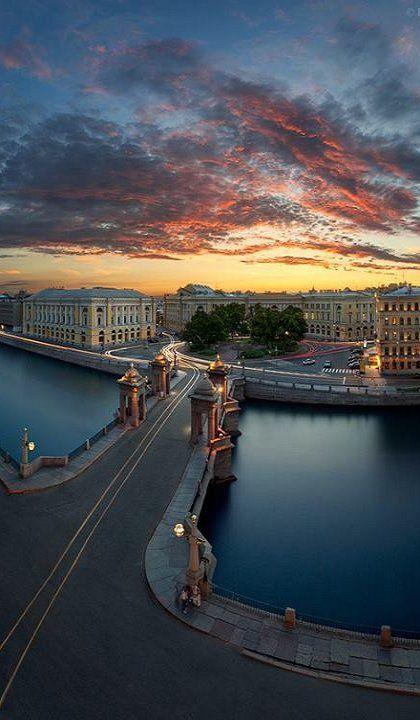 St Petersburg, Russia: Lomonosov bridge (built in 1787) across the Fontanka River.