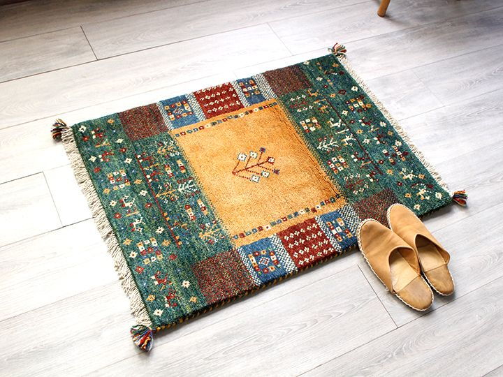 ラグ・ギャッベ(ギャベ)カシュカイ族の手織りラグ・玄関マットサイズ87x64cm イエロー/グリーン・タイル・動物と植物のモチーフ