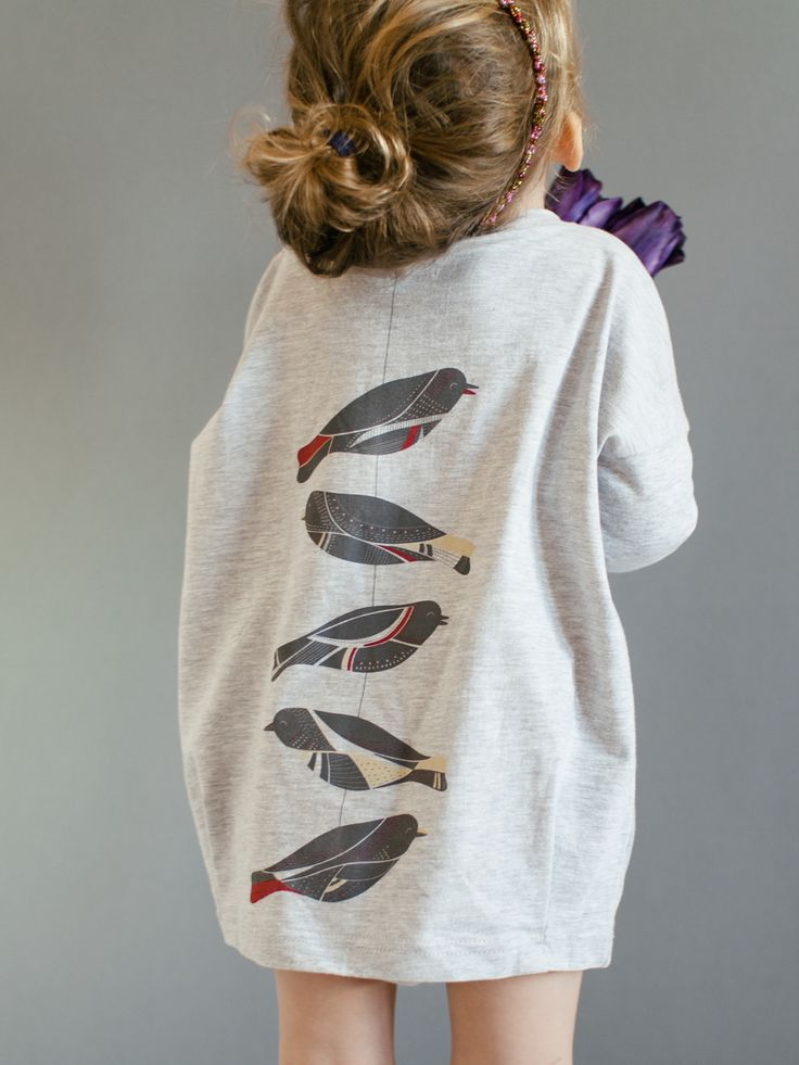 Birds on the back, really love this. #girls #fashion Encontrado en petitbackstage.com