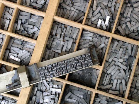 Tipos distribuidos en un cajón de un chibalete. En el componedor se pueden ver varias líneas armadas. Foto: Willi Heidelbach