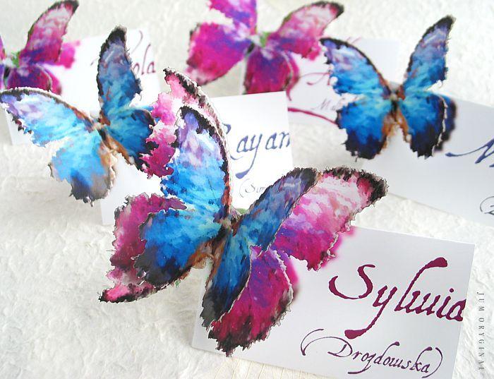 Winietka dostępna jest w dwóch wersjach, niebieska i różowa lub w składzie dwuwarstwowym, na którym motylki są dwukolorowe. Wysoka precyzja wykonania, klejone ręcznie. / Vignette is available in two versions, blue and pink or in a two-layer, on which are two-colored butterflies. High precision, glued by hand.