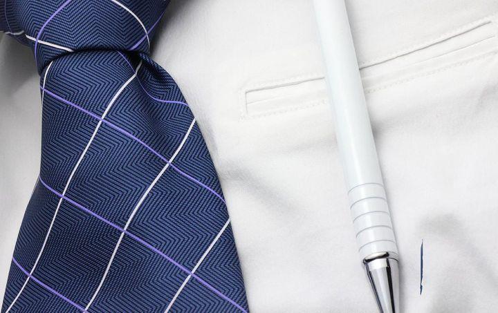Kugelschreiber-Fleck kann man mit Zahnpasta entfernen.