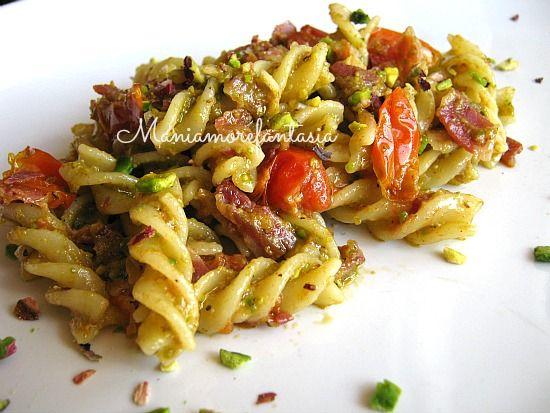Pasta con pesto di pistacchi pancetta e pomodori pachino (al raduno)