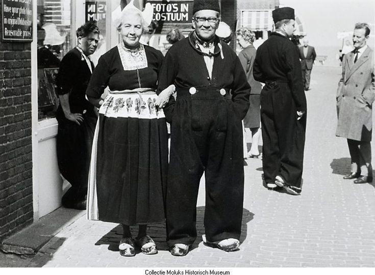 Verkleedpartij. Het echtpaar De Frank als echte Volendammers. 1967 #NoordHolland #Volendam