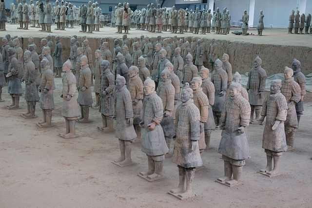 caverna do exército de terracota chines. Ela contém cerca de 7.000 estátuas de guerreiros, cada um com seu papel definido, além de malabaristas, dançarinas carruagens e outras coisas. Além disso nenhuma estatua tem o rosto repetido.