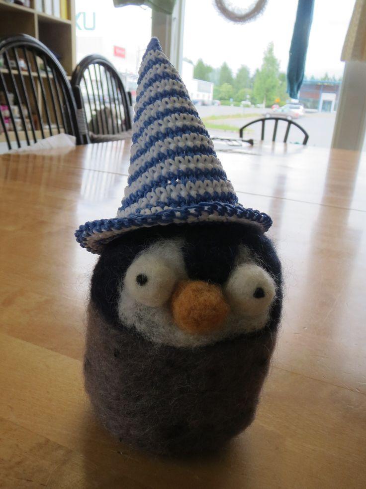 Pingu löysi itselleen hellehatun lämpimiä kesäpäiviä varten.