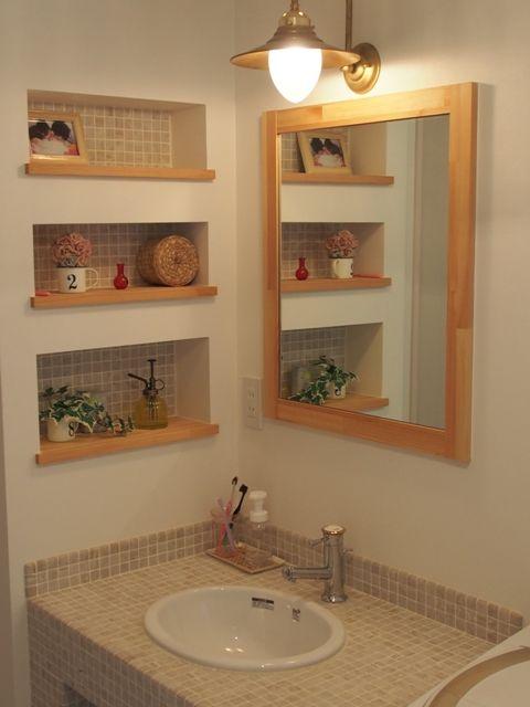 おしゃれなモザイクタイル貼り洗面台とマリンライト