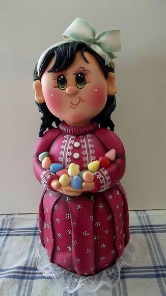 Pote de vidro de 1,3 L, trabalhado em biscuit em forma de menina com balas de goma.  ENCOMENDAS SOMENTE MEDIANTE PAGAMENTO DE 50% DO VALOR TOTAL (ARTIGO + FRETE), PAGO NO ATO DO PEDIDO POR DEPÓSITO EM CONTA.  VER POLÍTICAS DA LOJA.  VAGAS: CONSULTE O MÊS DE ENTREGA, ESTOU AGENDANDO CONFORME POSSIBILIDADE. GRATA.  O prazo de confecção é contado A PARTIR DO MÊS DE AGENDAMENTO DO PEDIDO. Preço sob consulta.
