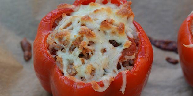 Skønne fyldte peberfrugter med kylling, ris og en skøn smag af hvidløg. De toppes med ost, der smelter ned i fyldet og bliver sprødt og gyldent på toppen.