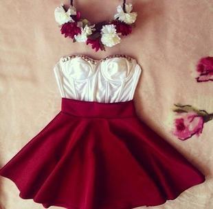 falda corte capa roja y top blanco