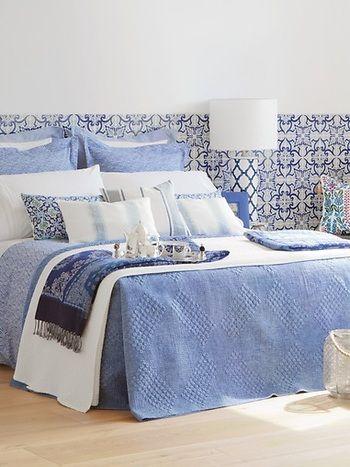 薄いブルーのベットカバーがオシャレ度を一層高めます。 さわやかに朝を目覚めさせてくれそうです。